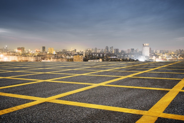 Flou, asphalte, route, et, paysage urbain, de, shanghai, dans, nuage bleu, ciel, à, crépuscule