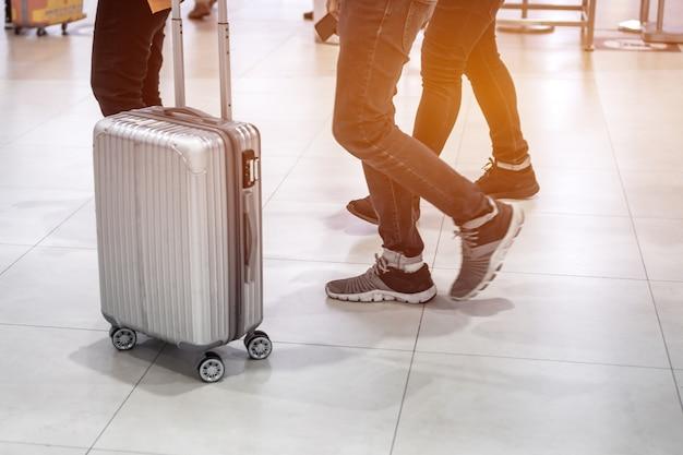 Flou de bagages de voyageur marchant dans le terminal de l'aéroport pour l'enregistrement. concept de voyage et de vacances
