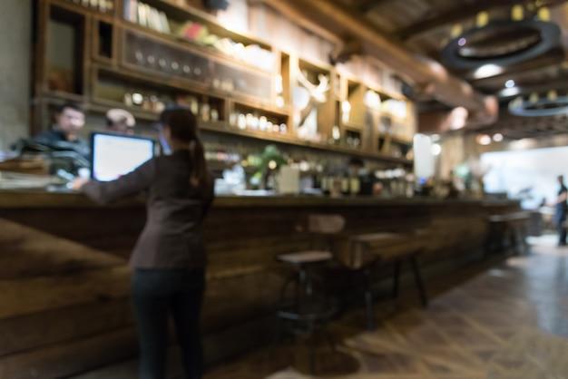 Flou bar et café vintage la nuit.
