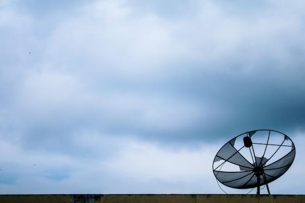 Flou blanc soleil nuage tas dans le ciel bleu nuage doux et disque satellite