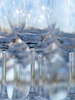 Flou et bokeh de vin et de verre de champagne.