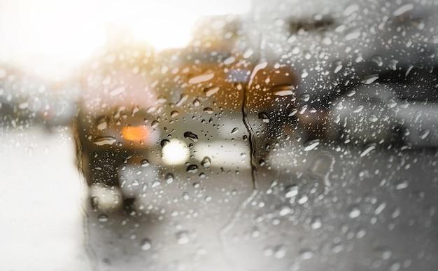 Flou de circulation matinale lors de fortes pluies, vue à travers la fenêtre.