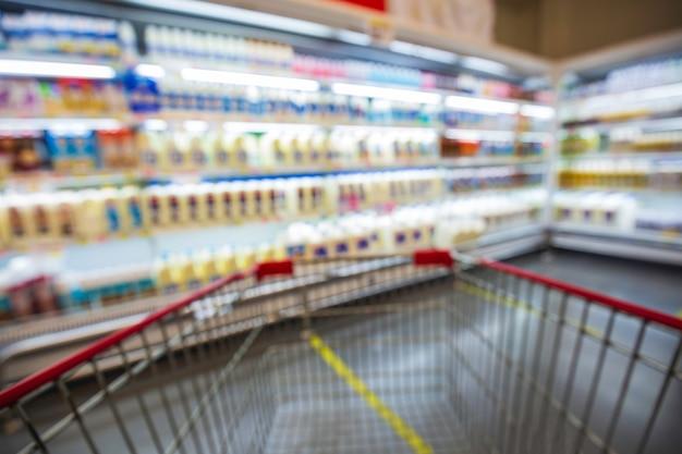 Flou défocalisé des rayons des supermarchés avec des produits laitiers. arrière-plan flou avec bokeh. image défocalisée