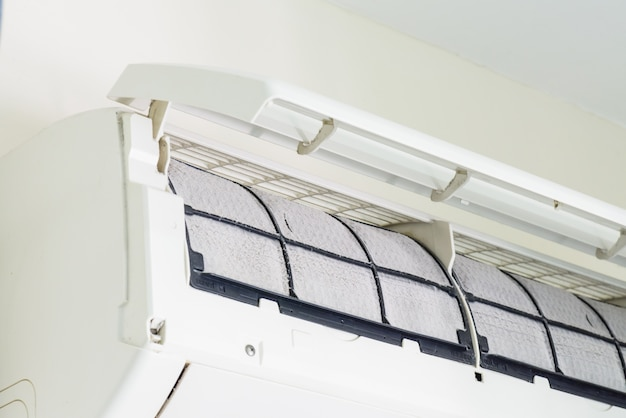 Flou doux de la poussière sur le filtre du climatiseur sale