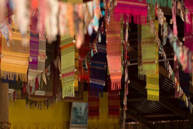 Flou des drapeaux du festival dans la porte sur un mauvais éclairage au temple en thaïlande