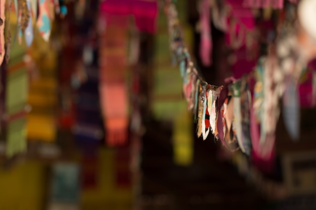 Flou des drapeaux du festival dans la porte sur un mauvais éclairage au temple