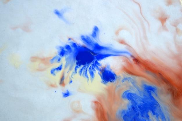 Le flou étale des lignes abstraites de couleurs blanches, brunes et bleues. étale de la peinture floue floue sur la surface. toile de fond abstrait arrière-plan flou. flou artistique créatif d'arrière-plan