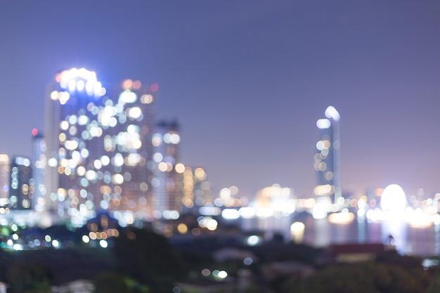 Flou et flou de l'architecture de nuit complexe moderne d'immeubles d'habitation