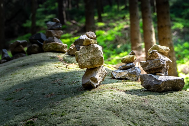 Flou flou des piles de pierre sur un rocher dans le parc naturel de la suisse bohémienne