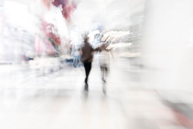 Flou des gens dans le centre de la belle centre commercial de luxe
