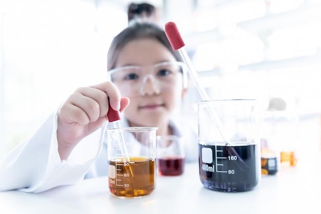 Flou des images de fille asiatique learning et mené une expérience scientifique