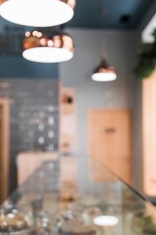 Flou intérieur d'un café avec un équipement d'éclairage