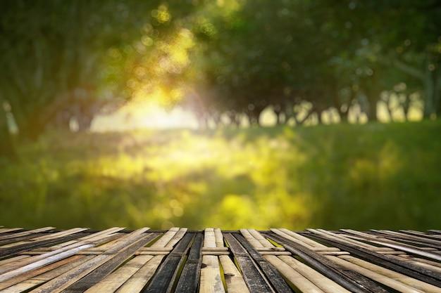 Flou de jardin avec la planche ou la terrasse en bambou nouée. style de vie traditionnel asiatique.