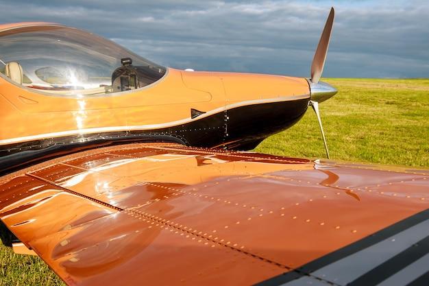 Flou léger petit avion sur un terrain en herbe