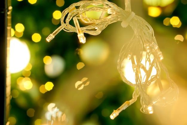 Flou de lumières de noël sur fond flou et flou d'éclairage de noël.