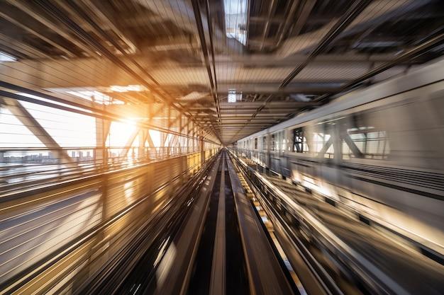 Flou de mouvement du train automatique se déplaçant à l'intérieur du tunnel à tokyo, japon.