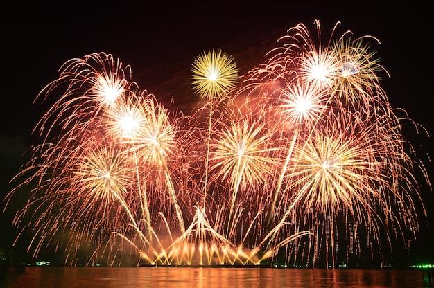 Flou de mouvement feux d'artifice de vacances colorées dans le ciel nocturne sur une nuit de festival de vacances