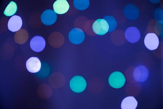 Flou de nombreuses lumières dans le bleu