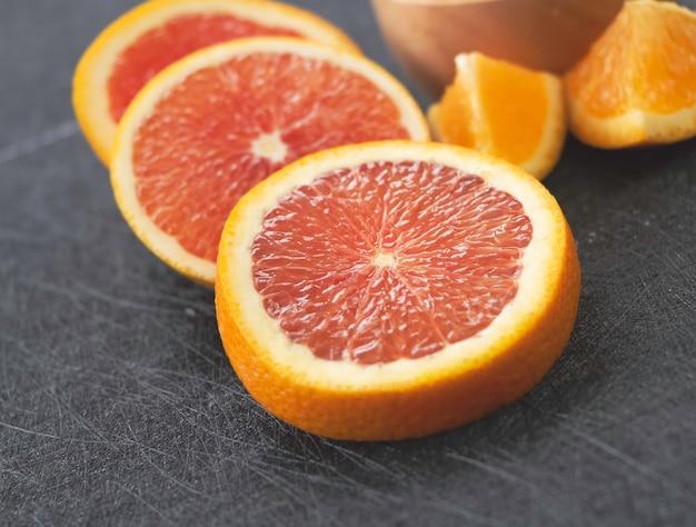Flou d'orange, pamplemousse tranché, mis en arrière-plan