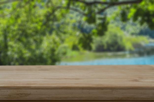 Flou d'une table en bois dans la forêt
