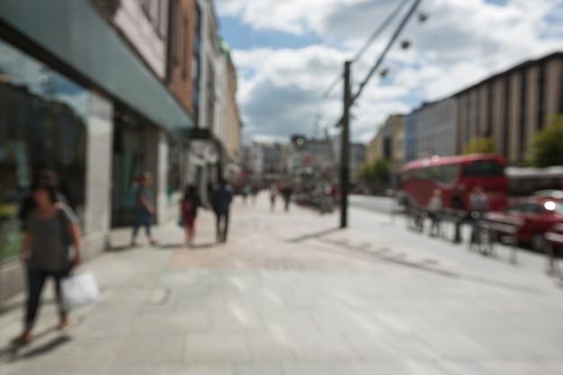 Flou vue de la marche des piétons sur le trottoir