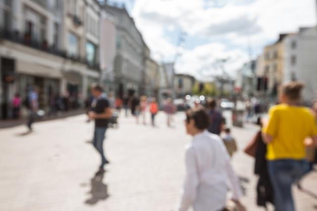 Flou vue des piétons marcher sur la rue