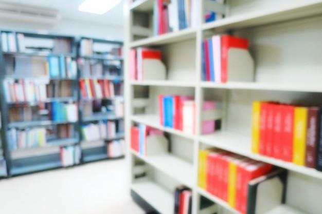 Floue de l'intérieur de la bibliothèque publique avec des livres dans des étagères en bois. education et journée du livre.