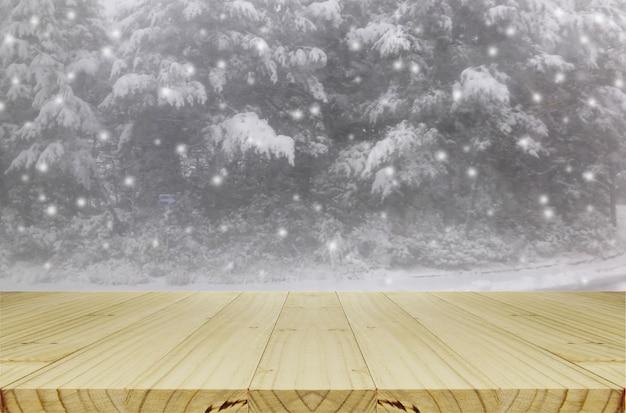 Floue, neige, dans, pinède, par, fenêtre verre, fond, à, table bois.