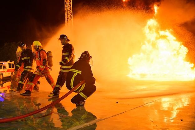 Des flous et des silhouettes de pompiers éteignent les incendies et aident les victimes.