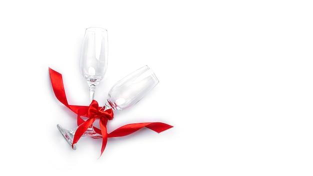 Flûtes à champagne sur fond blanc