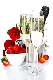 Flûtes à champagne, fraises et roses
