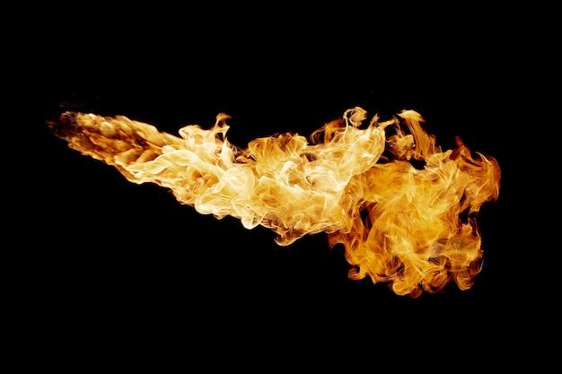 Flux de flamme de feu sur noir foncé
