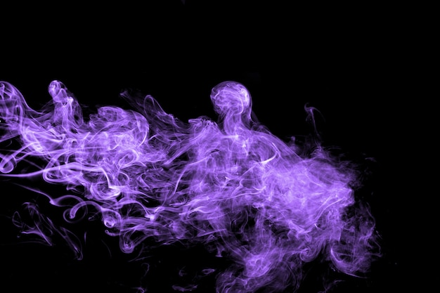 Flux de fumée pourpre abstraite sur fond noir. nuages de fumée pourpre dramatiques.