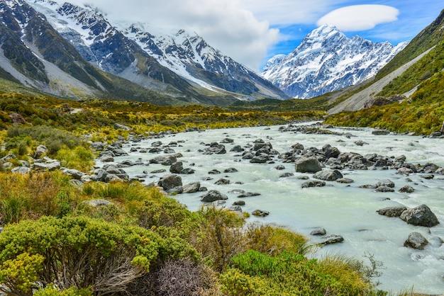 Flux glaciaire entre rochers et gravier dans la vallée de hooker depuis le parc national aoraki mount cook, nouvelle-zélande