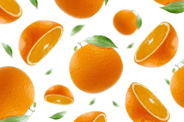 Fly orange avec des tranches et des feuilles concept isolé sur fond blanc