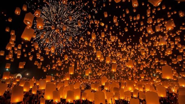 Flying sky lantern au festival du nouvel an en thaïlande