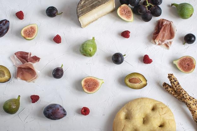 Focaccia grissini au fromage plat et aux raisins à la figue