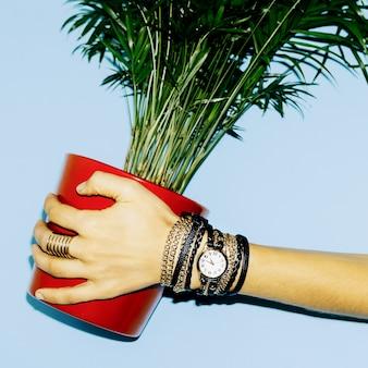 Focus sur les accessoires. mesdames de bijoux élégants.
