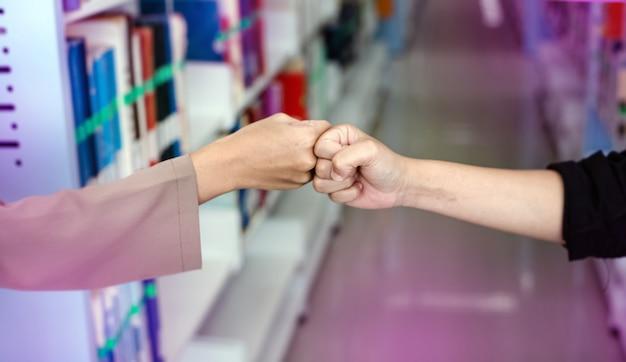 Focus de deux personnes poings se cogner ensemble