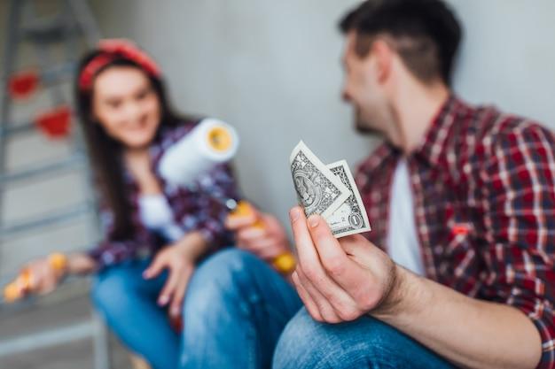 Focus sur l'homme en train de réparer avec sa fille, ils détiennent de l'argent
