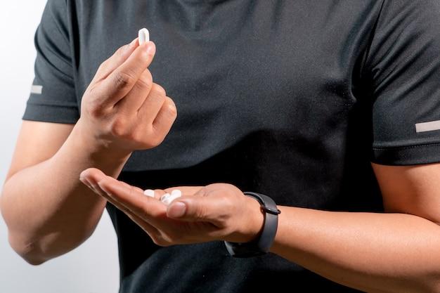 Focus sur la main des hommes tenant le concept de médecine, de récupération de médicaments