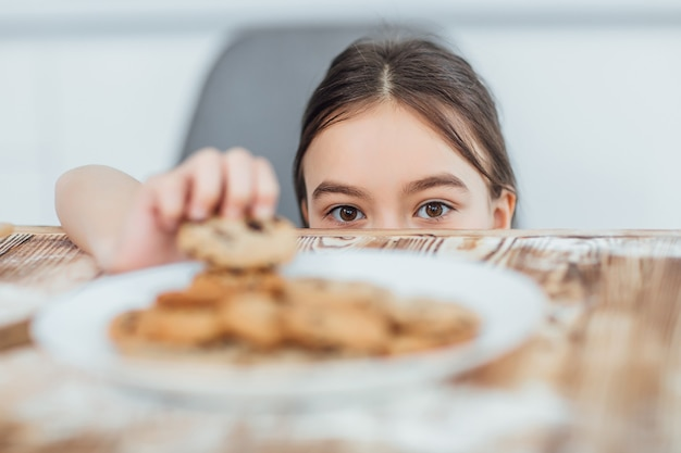 Focus sur une petite fille vole un cookie