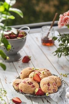 Focus sélectif sur les scones aux fraises