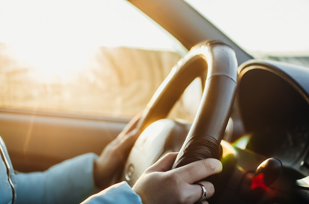 Focus sélectionné la femme est les mains sur le volant de la voiture