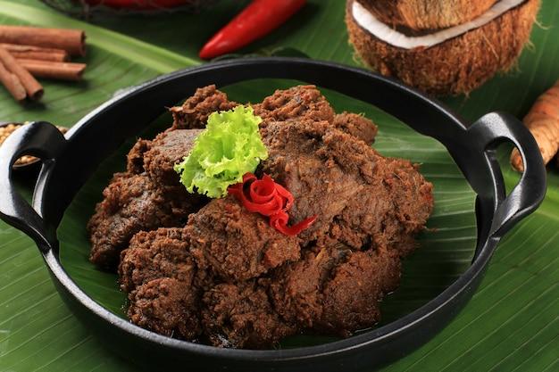 Focus sélectionné rendang ou randang est la nourriture la plus délicieuse au monde. fabriqué à partir de ragoût de bœuf et de lait de coco avec diverses herbes et glaces. typiquement de la nourriture de la tribu minang, à l'ouest de sumatera, en indonésie