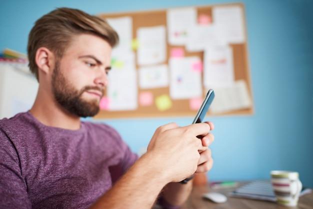Focus sur le téléphone utilisé par le jeune homme