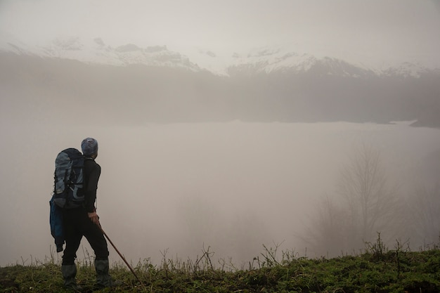 Fogy mountain hills et randonneur actif avec sac à dos au premier plan