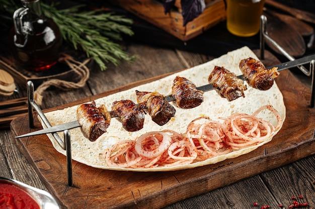 Foie de boeuf du caucase dans les brochettes de shashlik shell