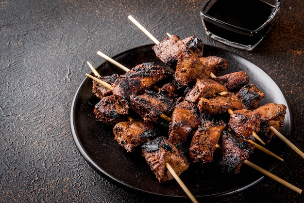 Foie de bœuf grillé sur brochettes, sauce teriyaki ou soja, yakitori