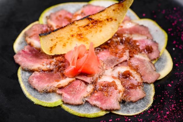 Foie bordé avec poire caramélisée